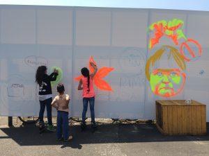 Die Kinder bei der Arbeit an dem Bild