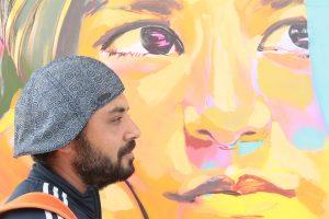 Der Künstler vor seinem Bild.
