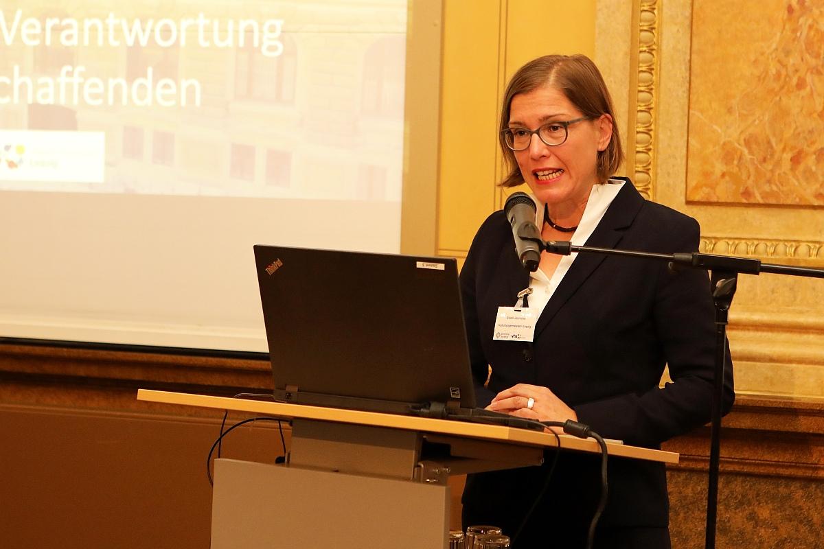 Begrüßung durch Dr. Skadi Jennicke, Kulturbürgermeisterin der Stadt Leipzig. Bildquelle: Bürger / VHS Leipzig