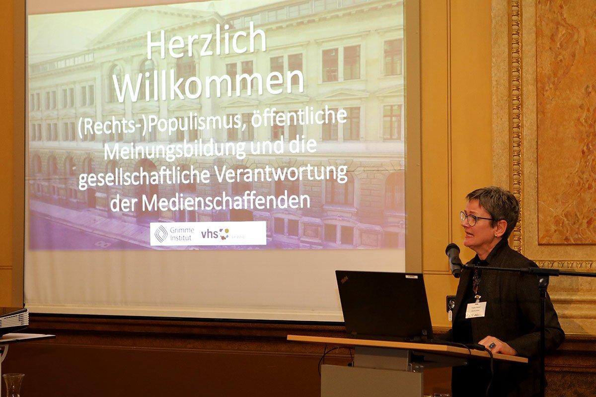 Grimme-Direktorin Dr. Frauke Gerlach heißt alle Anwesenden herzlich willkommen. Bildquelle: Bürger / VHS Leipzig